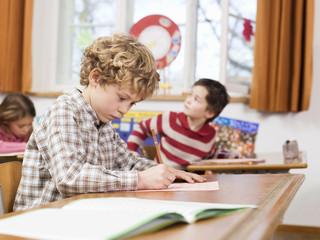 Kinder im Klassenzimmer bei einem Test