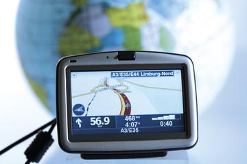 Navigationsgerät vor Globus