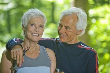 Älteres Paar eine Pause machend