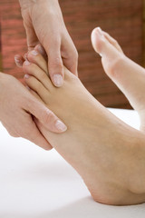 Frau erhält Fußmassage