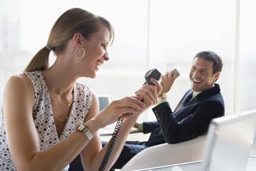 Geschäftsmann und Frau, Herumalbern im Büro