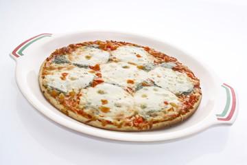 Pizza mit Mozzarella auf Teller, Freisteller, weißer Hintergrund