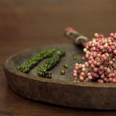Frische grüne und rote Pfefferkörner, Nahaufnahme