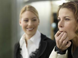 Geschäftsfrauen pfeifft auf den Fingern