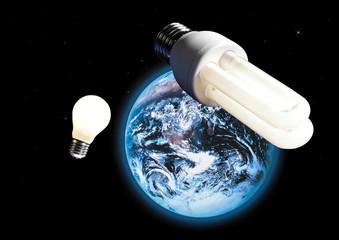Energiesparlampe und Glühbirne, Bild der Erde im Weltraum im Hintergrund, (Composing)