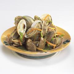 Muschelschalen in Weißwein-Sauce und Wurzelgemüse