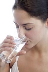 Junge Frau trinkt Glas Wasser, Nahaufnahme