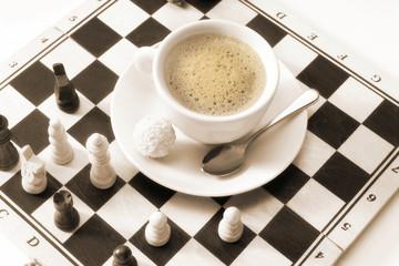 Tasse Kaffee auf Schachbrett