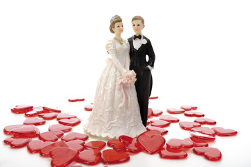 Hochzeitspaar Figuren stehen inmitten von roten Herzen