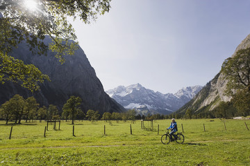 Österreich, Karwendel, Seniorin beim Fahrradfahren