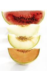 Verschiedene Melonen in Scheiben geschnitten, erhöhte Ansicht