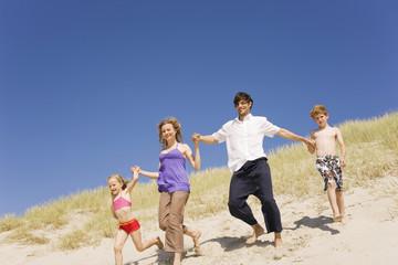 Deutschland, Ostsee, Familie rennt durch die Dünen