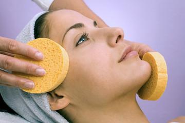 Junge Frau bei Gesichtsmassage