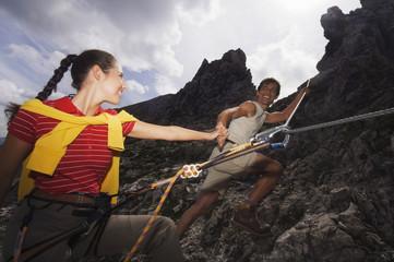 Österreich, Salzburger Land, Paar beim Wandern und Klettern