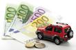 Spielzeugauto auf Euro-Banknoten und-Münzen, Nahaufnahme