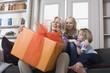 Großmutter und Enkel mit Geschenk