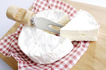 Frischer Camembert auf Schneidebrett, Erhöhte Ansicht