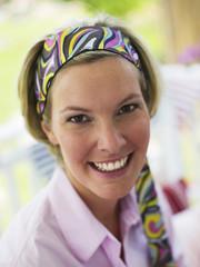 Frau trägt doch sehr buntes Haarband, Portrait