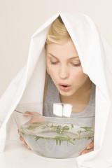 Junge Frau, Erkältungszeit, Inhalation, Dampfbad