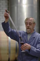 Winzer testet seinen Wein