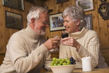 Älteres Paar in Berghütte