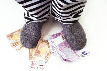 Sträfling steht auf Euro-Banknoten