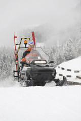 Italien, Südtirol, Mann am Steuer eines Schneemobils