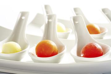 Melonenkugeln auf Löffeln