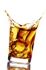Eiswürfel fällt in Glas Whisky