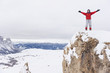 Italien, Südtirol, Frau in Winterkleidung auf Berggipfel, Jubel