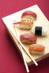 Sushi auf Holzteller