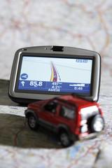 Navigationsgerät und Automobil auf einer Karte