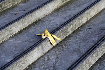 Bananenschale liegt auf der Treppe