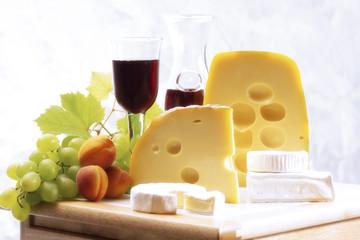 Käse und Früchte mit Wein