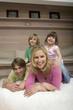 Familie im Wohnzimmer, lächelnd, Kinder sitzen auf Schultern