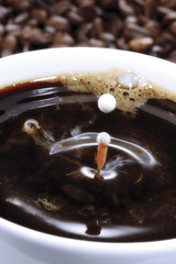 Tasse Kaffee auf Kaffeebohnen, Nahaufnahme