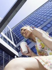 Deutschland, Baden-Württemberg, Stuttgart, Junge Unternehmerin trinkt Kaffee während Pause