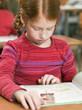 Mädchen liest im Schulheft, Nahaufnahme
