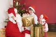 Kinder kriegen Geschenke vom Weihnachtsmann