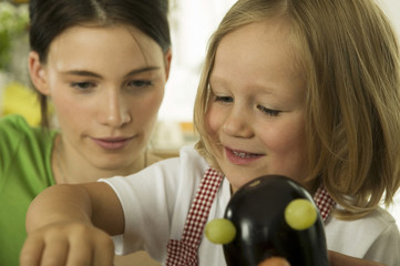 Mutter spielt mit Tochter in der Küche