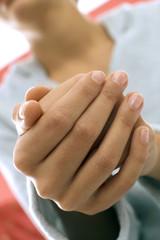 Frau faltet Hände