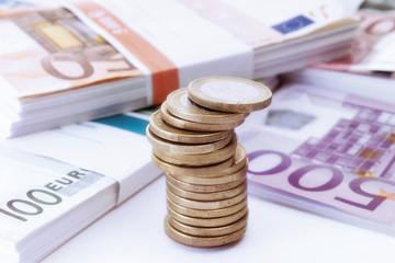 Stapel von Euro-Münzen und-Banknoten, Nahaufnahme