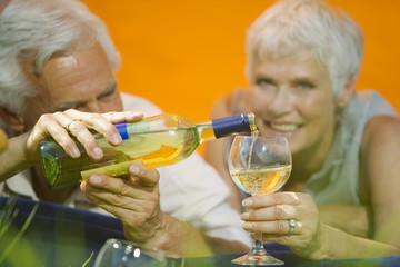 Älteres Paar trinkt Weißwein, Portrait