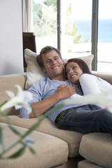 Entspannung zu zweit auf dem Sofa