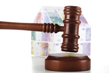 Auktionator Hammer und Haus aus Euro-Banknoten, Nahaufnahme