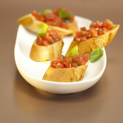 Weißbrot mit Tomaten und Basilikum, Bruschetta