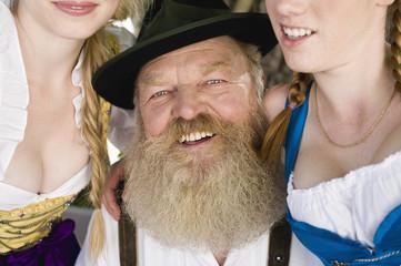 Deutschland, Bayern, Oberbayern, älterer Mann und zwei Frauen, Portrait, Nahaufnahme