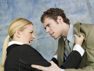 Geschäftsmann und Geschäftsfrau streiten