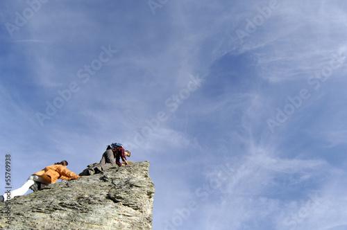 Junges Paar klettert auf Gipfel