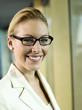 Junge Geschäftsfrau mit Brille, lächelnd, Nahaufnahme, Portrait